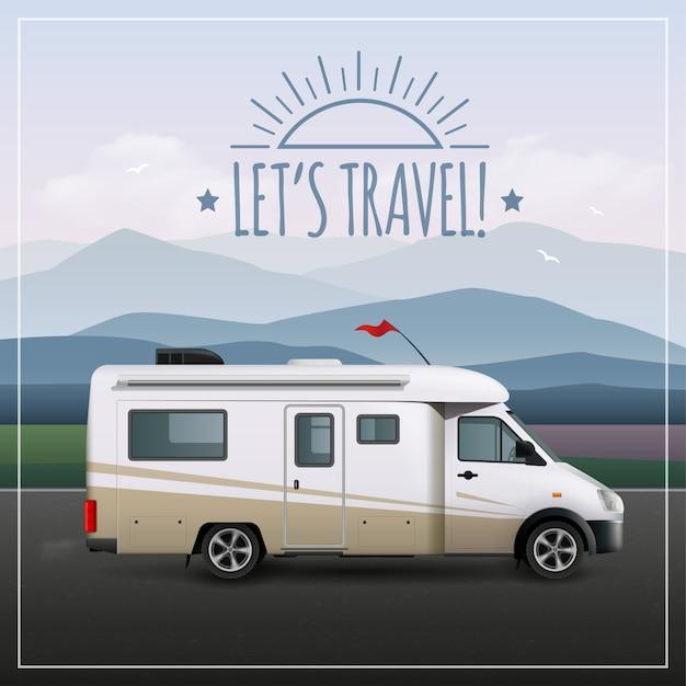 Lass uns ein poster mit einem realistischen freizeitfahrzeug auf campingfahrten auf der straße machen Kostenlosen Vektoren
