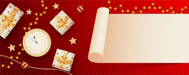 Leeres rollenpapier gegeben für ihre mitteilung mit draufsicht der uhr, der geschenkboxen und der beleuchtungsgirlande verziert auf rotem gestreiftem. header oder banner Premium Vektoren