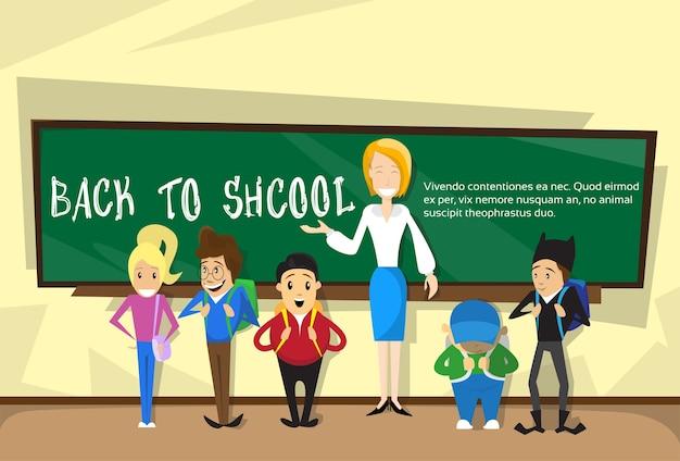 Lehrer mit schülern in der klasse zurück zu schulbildungs-fahne Premium Vektoren