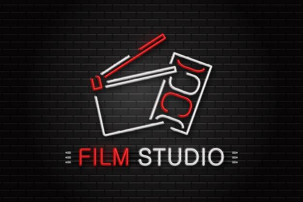 Leuchtreklame der kinogeräte zur dekoration auf dem wandhintergrund. konzept von kino, regieberuf und filmproduktion. Premium Vektoren