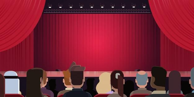 Leute, die am theater sitzen oder im kino, das bühne mit den roten vorhängen betrachtet, die auf leistung st warten Premium Vektoren