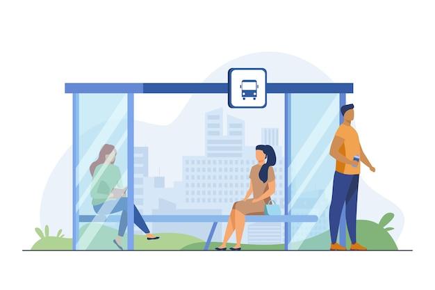 Leute, die an der bushaltestelle auf öffentliche verkehrsmittel warten. bank, lesen, stadtbild flache vektorillustration. verkehrs- und lifestyle-konzept Kostenlosen Vektoren