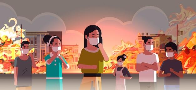 Leute, die gefährliches verheerendes feuer der schutzmasken auf stadtstraße mit brennendem busidings feuerentwicklungs-naturkatastrophenkonzept der globalen erwärmung intensives orange flammenstadtbild horizontal tragen Premium Vektoren