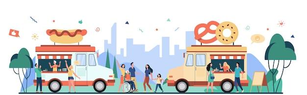 Leute, die street food festival besuchen und snacks in lastwagen kaufen. flache vektorillustration für messe, sommerereignis, markt, verkäuferkonzept Kostenlosen Vektoren