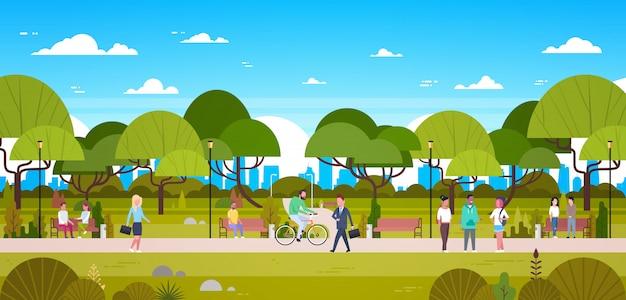 Leute im park, der in der städtischen natur über den stadt-skylinen gehen, fahrrad reiten und in verbindung stehen sich entspannt Premium Vektoren