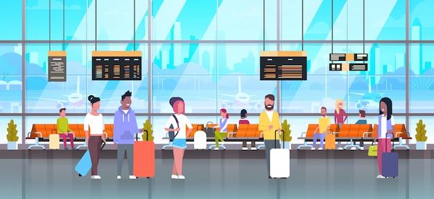 Leute in den flughafenreisenden mit gepäck an der wartehalle Premium Vektoren