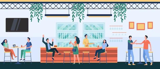 Leute treffen sich im café, trinken bier in der kneipe, sitzen am tisch oder an der theke und reden. vektorillustration für nachtleben, partei, bar-konzept Kostenlosen Vektoren
