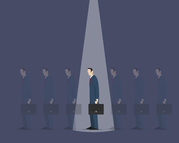 Lichtstrahl von oben wählt die richtige person aus einer gruppe identischer gefährten Premium Vektoren