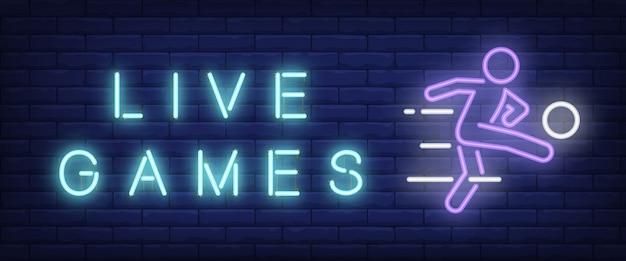 Live-spiele-neon-text mit fußballspieler ball zu treten Kostenlosen Vektoren