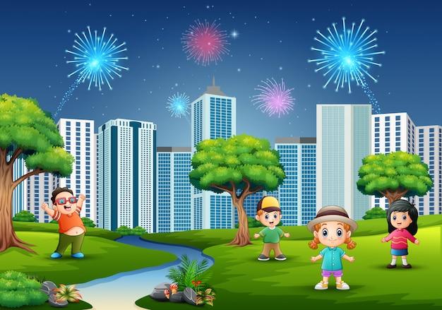 Lustige karikatur jungen und mädchen spielen im park Premium Vektoren