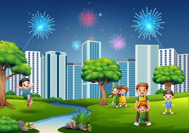 Lustige karikaturfamilie und -kinder spielen im park Premium Vektoren