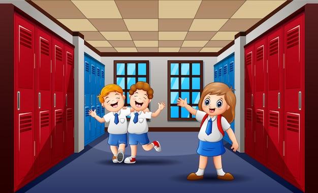 Lustige studenten, die in der schule halle gehen und lachen Premium Vektoren