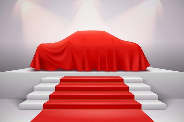 Luxusauto bedeckt mit roter seide drapierte stoffpräsentation auf podium mit treppenteppich realistisch Kostenlosen Vektoren