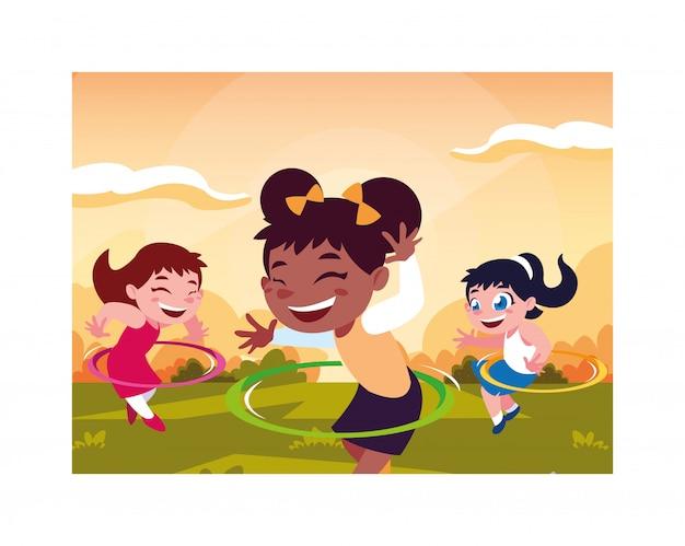 Mädchen, die mit hula band lächeln und spielen Premium Vektoren
