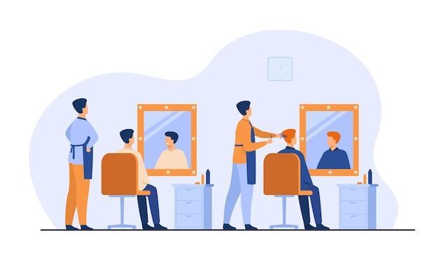 Männer, die im friseursalon lokalisierte flache vektorillustration sitzen. karikaturfriseure, die haarschnitt für männliche klienten im stuhl tun. Kostenlosen Vektoren