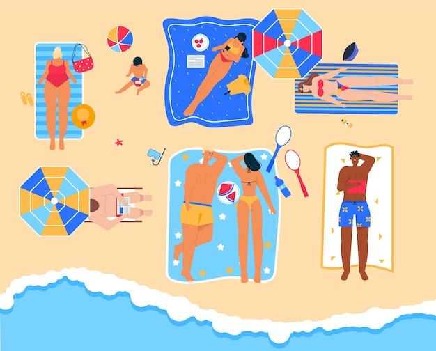 Männer und frauen entspannen sich im badeort, lesen ein buch, nehmen ein sonnenbad auf einem handtuch, essen sommerfrüchte und verbringen zeit miteinander an der küste. glückliche leute, die am strand in der draufsicht sonnenbaden Premium Vektoren