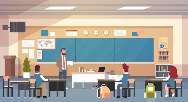 Männlicher lehrer und schüler im klassenzimmer auf unterrichtsschulklasse der lektion Premium Vektoren