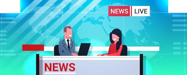 Männlicher moderator interviewt frau im fernsehstudio tv live-nachrichtensendung videokamera shooting crew broadcasting konzept porträt Premium Vektoren