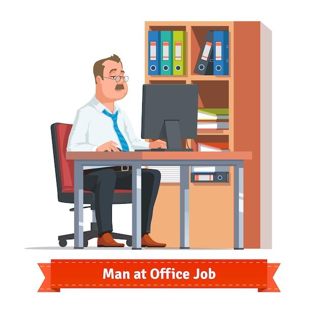 Mann arbeitet an einem computer am büro tisch Kostenlosen Vektoren