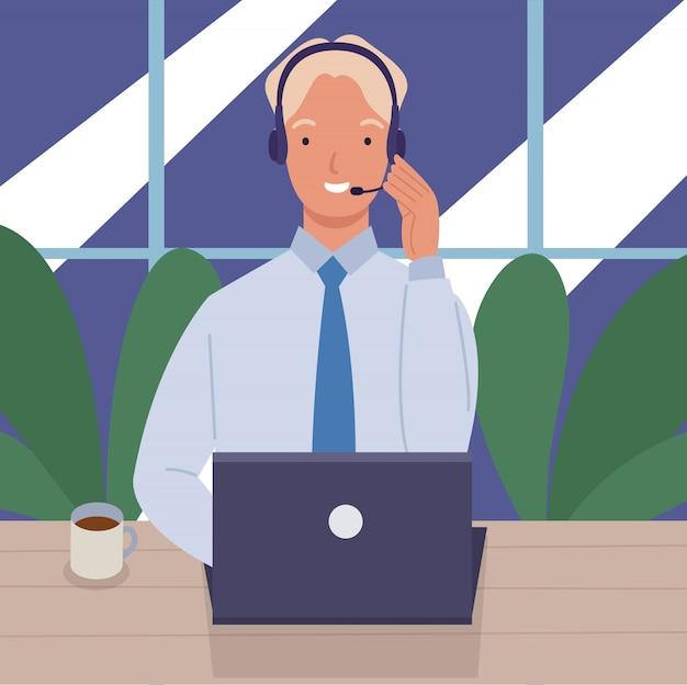 Mann, der in einem callcenter mit laptop auf schreibtisch und headset arbeitet. konzept von kundenservice und kommunikation. Premium Vektoren
