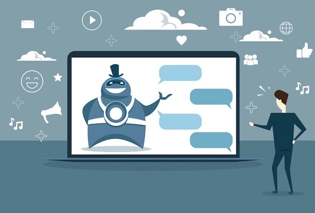 Mann, der mit chat-bot von digitaler tablette oder von der zelle intelligenten digitalen unterstützungstechnologie plaudert Premium Vektoren