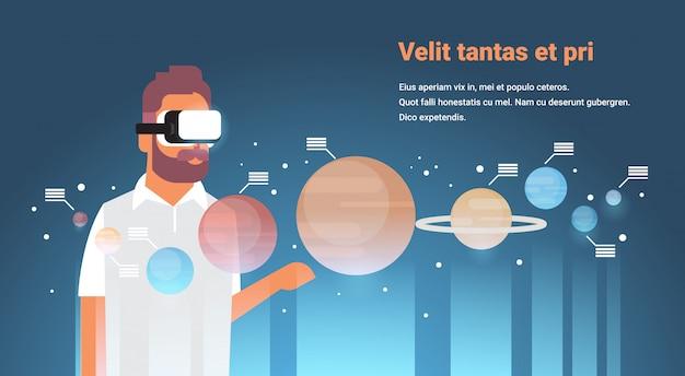Mann tragen digitale brille planeten des sonnensystems virtual reality planetarische design vr vision headset innovation konzept flachen raum galaxie horizontale kopie raum Premium Vektoren