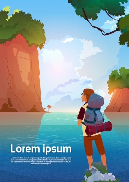 Mann-wanderer genießen ansicht in den gebirgssee-reisenden auf sommer-abenteuer-ferien-konzept Premium Vektoren