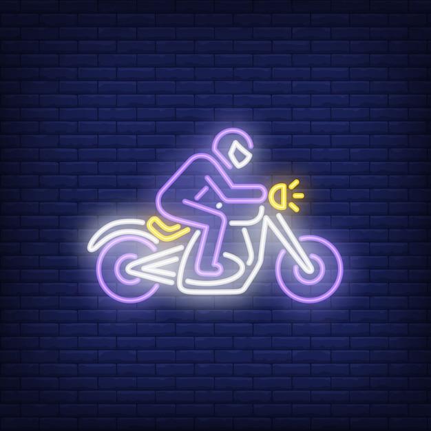 Mannreitenmotorrad auf ziegelsteinhintergrund. neon-stil Kostenlosen Vektoren
