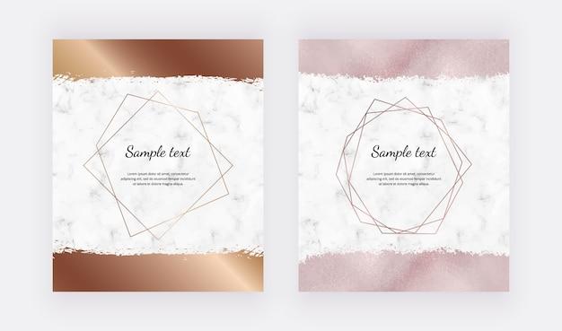 Marmor-designkarten mit goldenen geometrischen polygonalen rahmen und roségoldfarbenem pinselstrich. Premium Vektoren