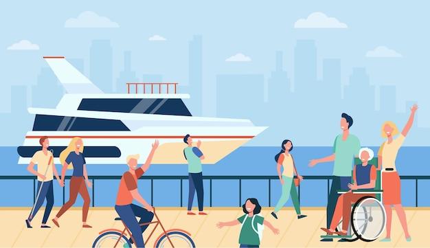 Menschen, die urlaub genießen und auf see oder fluss spazieren gehen, winken dem boot zu. flache vektorillustration für touristen, meer, kai, freizeit im sommerkonzept Kostenlosen Vektoren