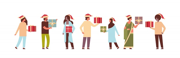 Menschen halten geschenkbox anwesend frohe weihnachten frohes neues jahr urlaub feier konzept in voller länge zeichentrickfiguren Premium Vektoren