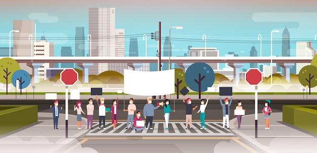Menschen in masken halten plakat und megaphon auf zebrastreifen Premium Vektoren