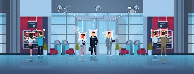 Menschen stehen schlange in der warteschlange, um geld abzuheben geldautomat identifikationsüberwachung cctv gesichtserkennung business center halle innen überwachungskamerasystem Premium Vektoren