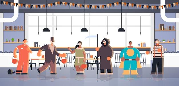 Menschen tragen verschiedene monster kostüme tricks und behandeln glückliche halloween party feier konzept modernen café interieur Premium Vektoren