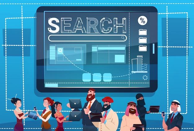 Mischungs-rennen-leute-gruppe unter verwendung der gerät-suchdaten-internet-konzept Premium Vektoren