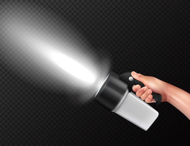 Moderne leistungsstarke taschenlampe mit hohem lichtstrom in der hand realistische komposition gegen dunkle transparente Kostenlosen Vektoren