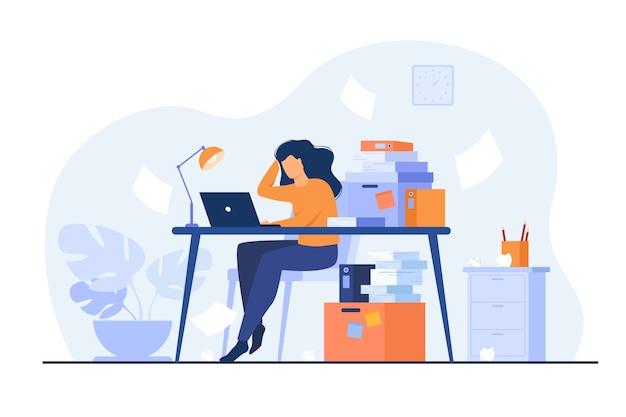 Müde überarbeitete sekretärin oder buchhalterin, die am laptop in der nähe von stapel von ordnern arbeitet und papiere wirft. vektorillustration für stress bei der arbeit, workaholic, beschäftigt büroangestellter-konzept Kostenlosen Vektoren