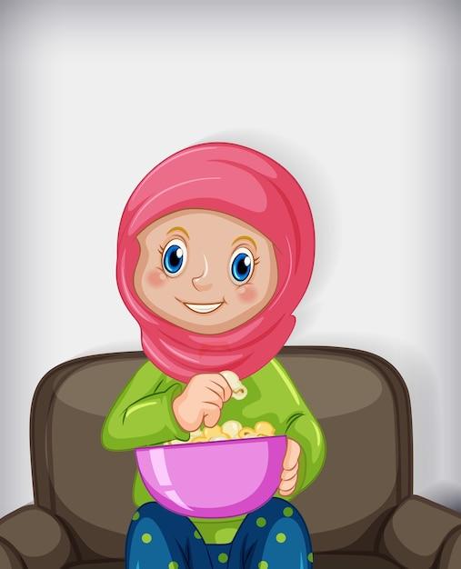 Muslimische frau, die popcorns isst, die auf sofa sitzen Kostenlosen Vektoren
