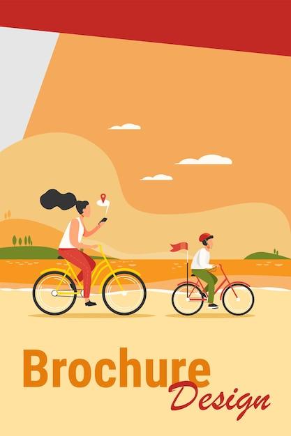 Mutter und sohn fahren fahrrad entlang der küste. frau, die route auf flacher vektorillustration der mobilen app prüft. familienaktivitäten im freien, navigationskonzept für banner, website-design oder landing-webseite Kostenlosen Vektoren