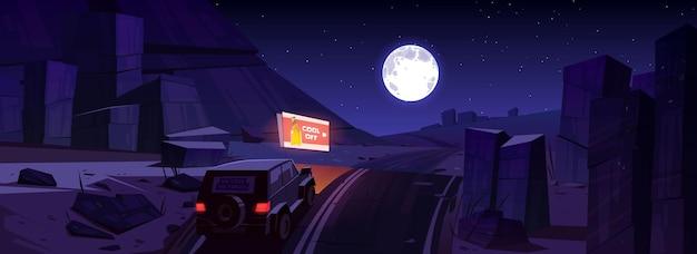 Nachtwüstenlandschaft mit auto auf straße, plakatwand und mond im himmel. Kostenlosen Vektoren