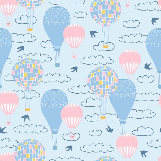 Nahtloses muster der kinder mit luftballons, wolken und vögeln auf blauem hintergrund Premium Vektoren