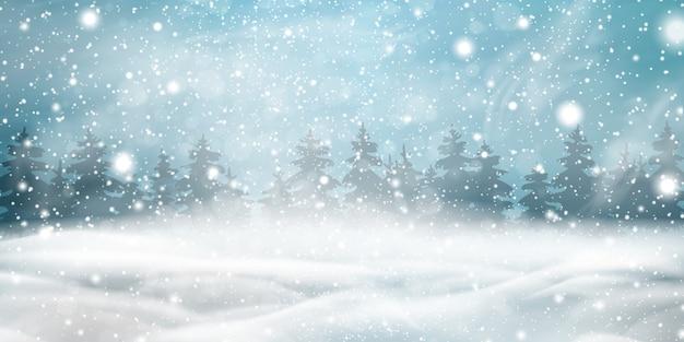 Natürlicher winterweihnachtshintergrund mit blauem himmel, starkem schneefall, schneeflocken, schneebedecktem nadelwald, schneeverwehungen. winterlandschaft mit fallendem weihnachten, das schönen schnee scheint. Premium Vektoren