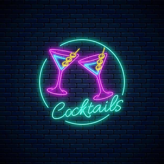 Neon cocktails bar zeichen. karaoke-nachtclub-logo mit gläsern alkoholshake. Premium Vektoren