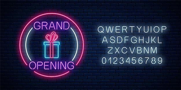 Neon neuer laden feierliche eröffnung mit lotterie und geschenkzeichen in kreisformen mit alphabet auf einem backsteinmauerhintergrund. rund um die uhr arbeitendes nachtclubschild mit schriftzug. Premium Vektoren