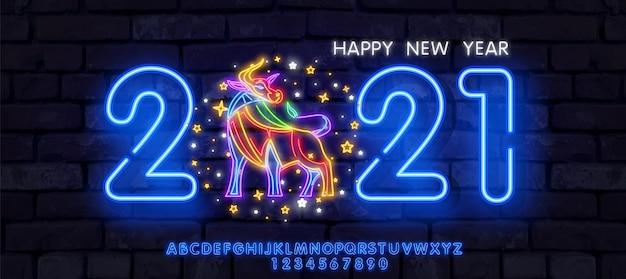 Neon new year 2021 grußkarte - neonblaue buchstaben 2021 neonschild, helles schild, helles banner. Premium Vektoren