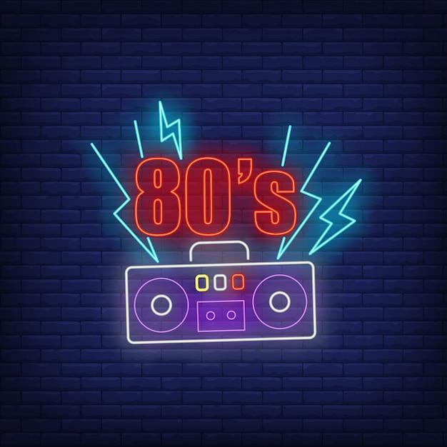 Neonbeschriftung der achtzigerjahre mit kassettenrecorder Kostenlosen Vektoren