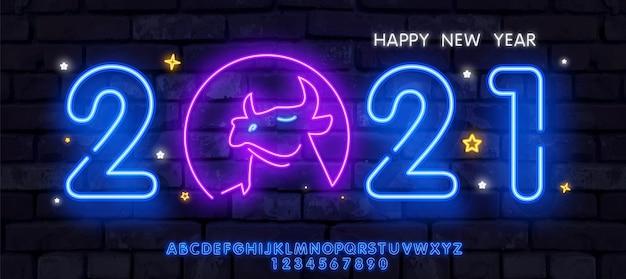Neonoch neujahr 2021 grußkarte - neonblaue buchstaben 2021 neonschild, helles schild, helles banner. Premium Vektoren