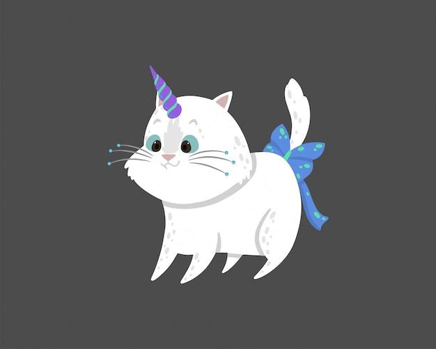 Nette abbildung mit einer magischen weißen katze mit einem einhornhorn. Premium Vektoren