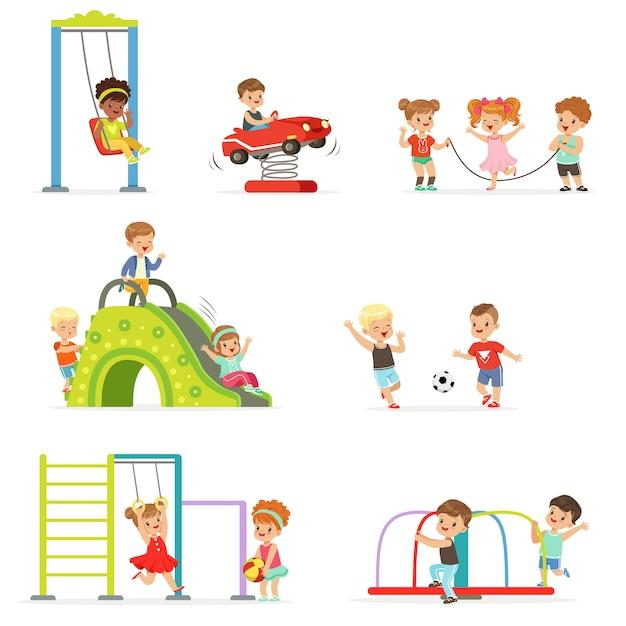 Nette kleine kinder der karikatur, die spielen und spaß am spielplatzsatz der illustrationen haben Premium Vektoren