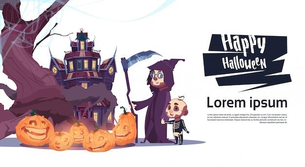 Nette monster, die gehen, um sich mit geistern zurückzuziehen glückliches halloween-fahnen-partei-feier-konzept Premium Vektoren